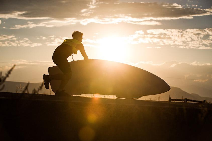 De Eta van Aerovelo is onderweg voor de eerste recordpoging. In Battle Mountain (Nevada) wordt ieder jaar de World Human Powered Speed Challenge gehouden. Tijdens deze wedstrijd wordt geprobeerd zo hard mogelijk te fietsen op pure menskracht. Ze halen snelheden tot 133 km/h. De deelnemers bestaan zowel uit teams van universiteiten als uit hobbyisten. Met de gestroomlijnde fietsen willen ze laten zien wat mogelijk is met menskracht. De speciale ligfietsen kunnen gezien worden als de Formule 1 van het fietsen. De kennis die wordt opgedaan wordt ook gebruikt om duurzaam vervoer verder te ontwikkelen. The Eta Speedbike of Aerovelo is on its way for the first record attempt. In Battle Mountain (Nevada) each year the World Human Powered Speed Challenge is held. During this race they try to ride on pure manpower as hard as possible. Speeds up to 133 km/h are reached. The participants consist of both teams from universities and from hobbyists. With the sleek bikes they want to show what is possible with human power. The special recumbent bicycles can be seen as the Formula 1 of the bicycle. The knowledge gained is also used to develop sustainable transport.